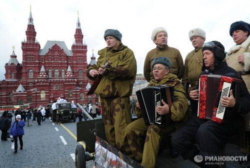 Прихожане храма Воскресения Христова в Толстопальцеве приняли участие в параде на Красной Площади 7 ноября 2012 года