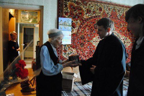Прихожане храма прп. Андрея Рублева и школьники поздравили ветеранов с Пасхой