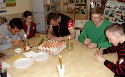 27 апреля в православном молодежном клубе «Неофит» прошел мастер-класс  по изготовлению пасхальных яиц-писанок с помощью воска, красок и особой кистки