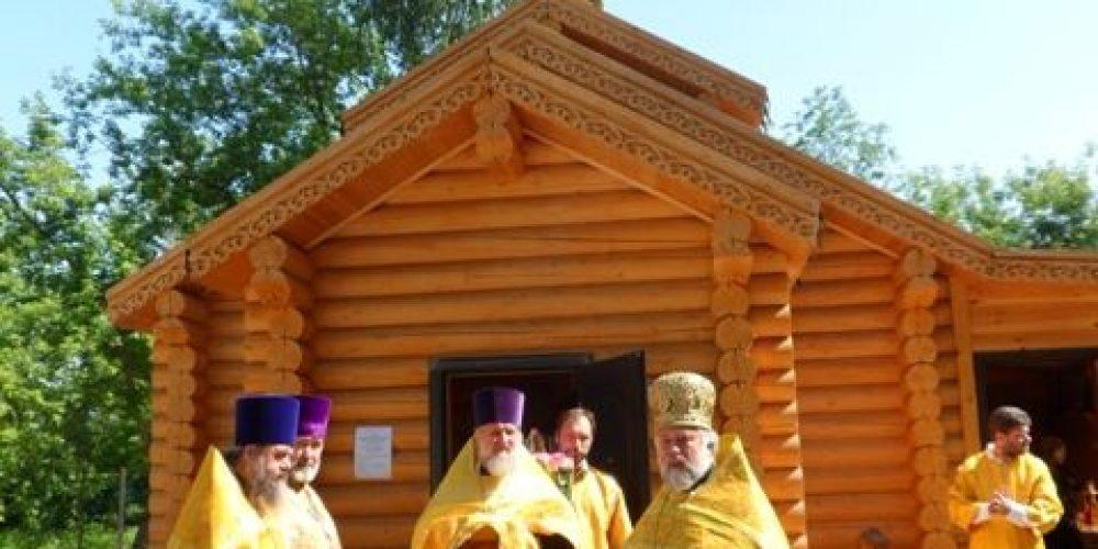 В поселке Мещерский состоялось освящение деревянного храма-часовни