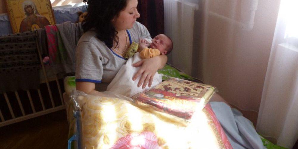 Передача гуманитарной помощи для дома будущих мам