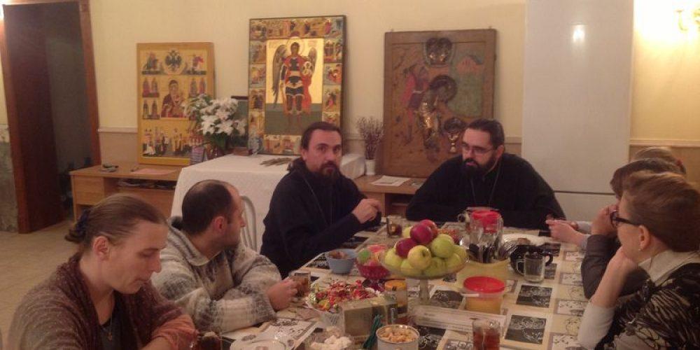Встреча в молодежном клубе «Акалуф» со священником Виктором Крупичевым