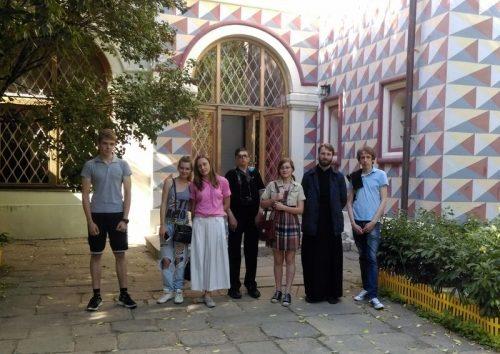 Участники православных молодежных клубов совершили прогулку по историческим местам и храмам Зарядья