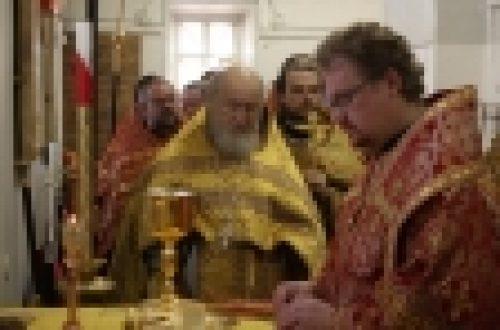 Епископ Бронницкий Игнатий совершил Божественную литургию в храме апостола Иоанна Богослова под Вязом