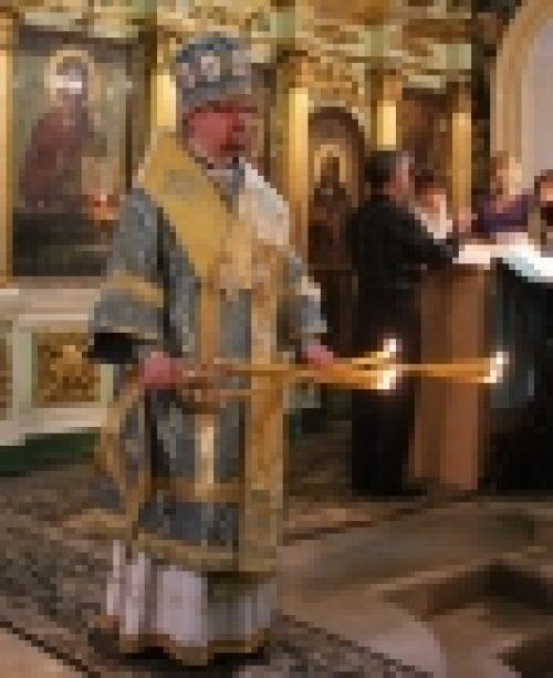 Епископ Бронницкий Игнатий совершил утреню с чином Погребения Пресвятой Богородице в храме Рождества Иоанна Предтечи на Пресне