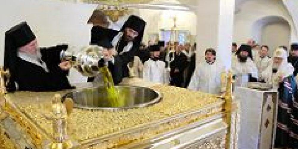 В Великий понедельник Святейший Патриарх Кирилл совершил молебен на начало чина мироварения