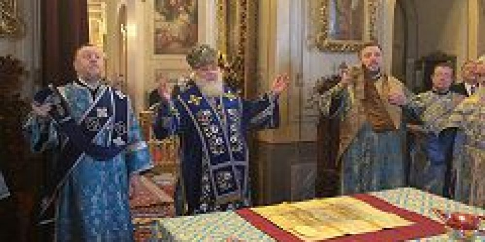 Митрополит Истринский Арсений совершил утреню и Божественную литургию в храме иконы Божией Материи «Знамение» в Переяславской слободе