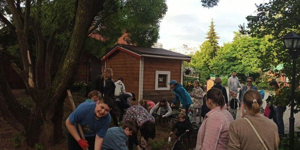 Ученики воскресной школы Архистратига Михаила в Тропареве посадили цветы на территории Патриаршего подворья