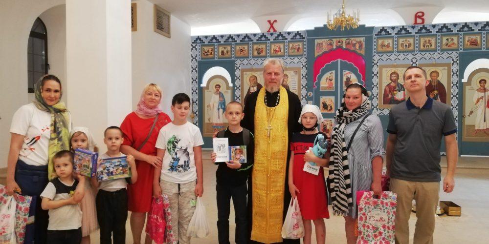 Настоятель храма Смоленской иконы Божией Матери поздравил представителей многодетных семей прихода с прошедшими праздниками