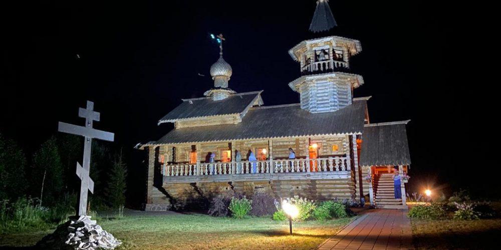 Ночную литургию в день памяти Царственных страстотерпцев совершил епископ Фома