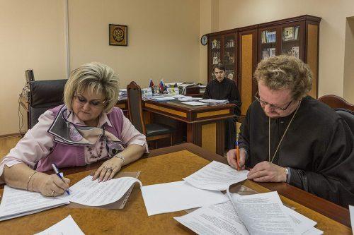 Епископ Бронницкий Игнатий и начальник управления образования Т.Ю.Баринова заключили соглашение о сотрудничестве