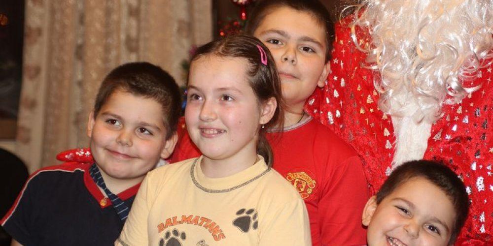 Молодежь храма Спаса Нерукотворного Образа на Сетуни поздравила детей из многодетных и малоимущих семей с Рождеством
