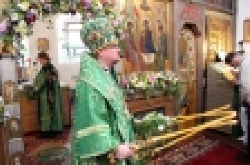 Епископ Бронницкий Игнатий в день Святой Троице совершил Божественную литургию в храме Живоначальной Троице в Голенищеве