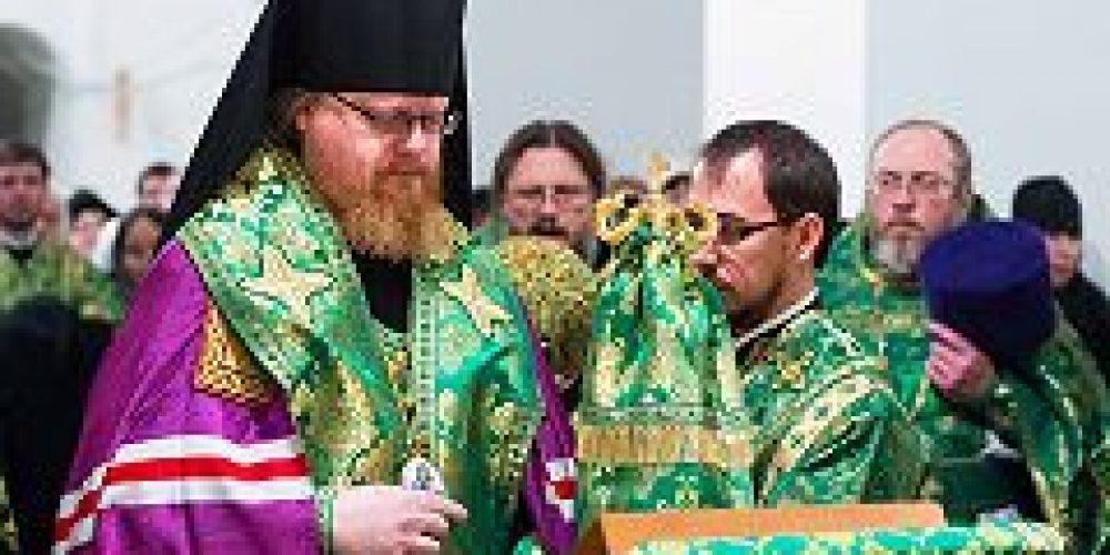 Епископ Подольский Тихон совершил Божественную литургию в церкви Введения во храм Пресвятой Богородицы в Раеве