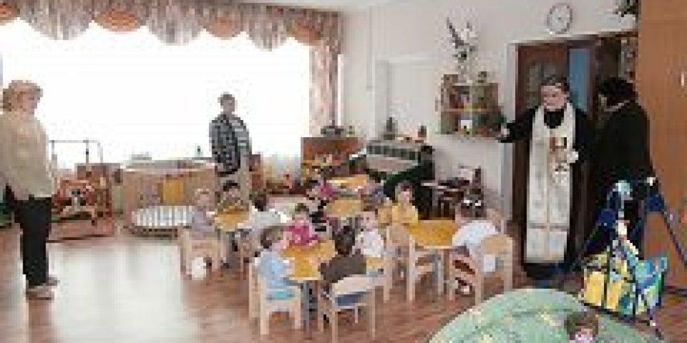 Клирик храма Живоначальной Троицы в Конькове посетил Дом ребенка № 9
