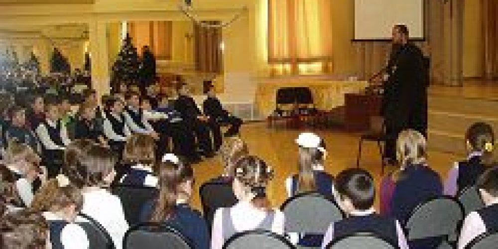 Настоятель строящегося храма св. прав. Феодора Ушакова в Южном Бутове игумен Дамиан (Залетов) провел открытый урок в школе № 1064