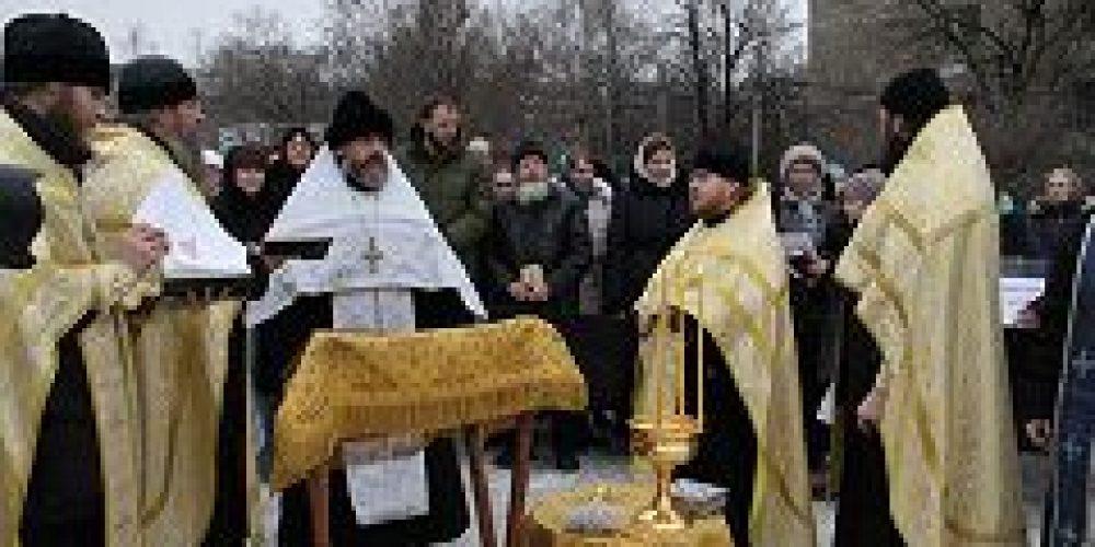 На месте строительства храма во имя священномученика Василия, протоиерея Московского, в Коньково был совершен молебен
