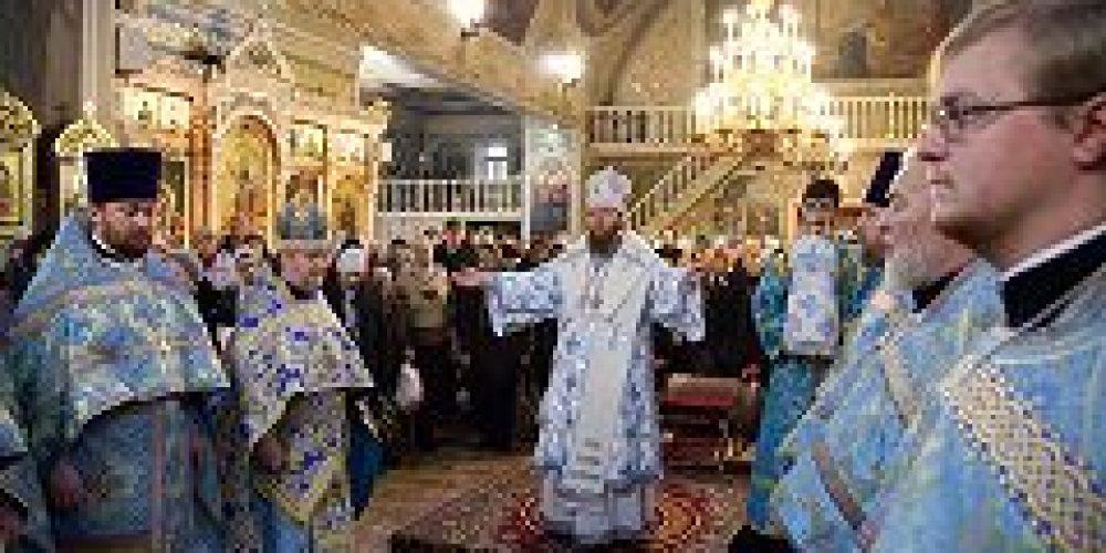 Епископ Воскресенский Савва совершил Божественную литургию в храме Всех святых во Всехсвятском на Соколе