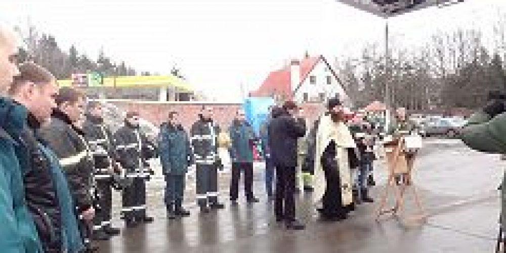 Настоятель храма Живоначальной Троицы в Троицке иерей Вадим Купцов совершил освящение нескольких служебных машин МЧС