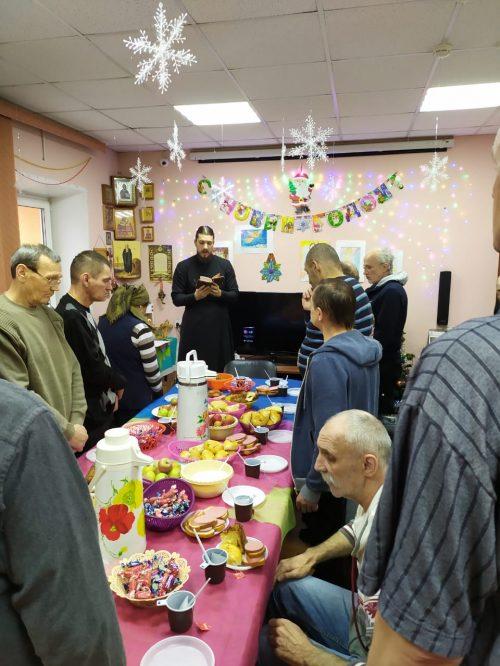 Добровольцы группы милосердия храма преподобного Андрея Рублева в Раменках поздравили бездомных с Рождеством
