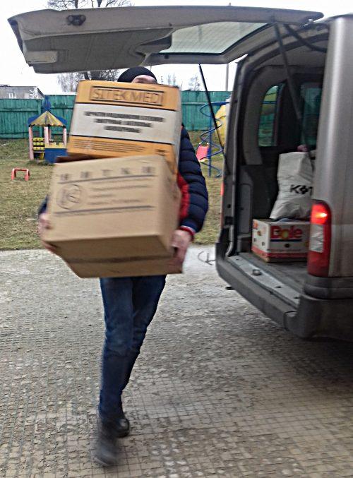Работники социальной службы храма святителя Димитрия Ростовского в Очакове отвезли в детский приют подарки