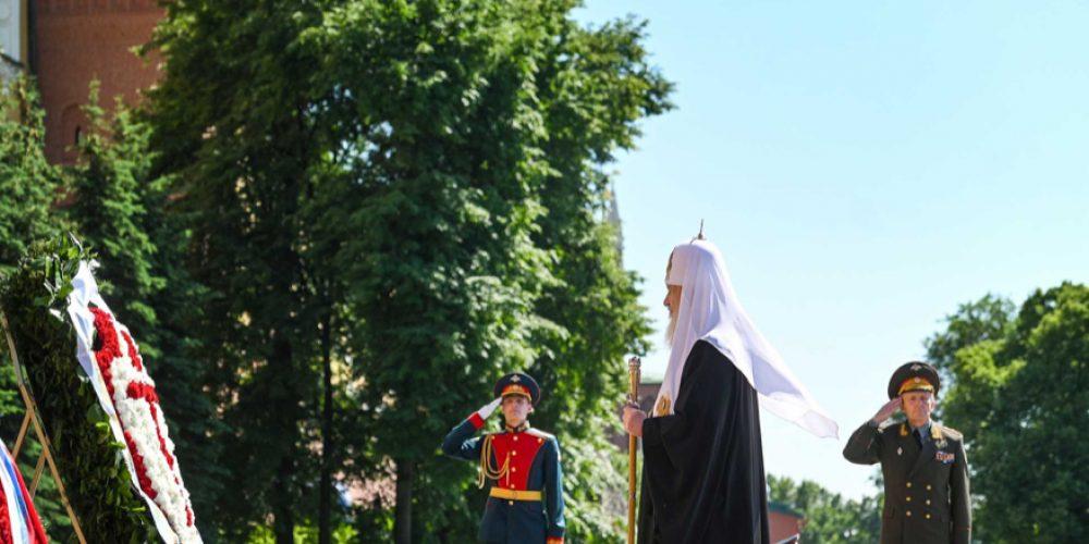 В День памяти и скорби Святейший Патриарх возложил венок к могиле Неизвестного солдата