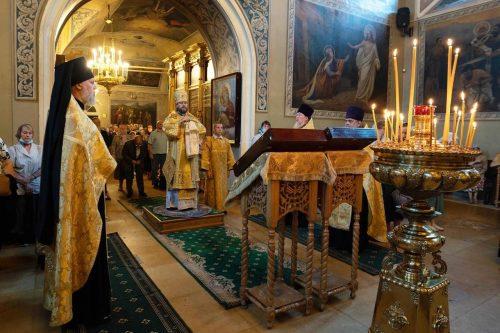 В канун дня памяти великомученика и целителя Пантелеимона епископ Фома совершил всенощное бдение в Хамовниках
