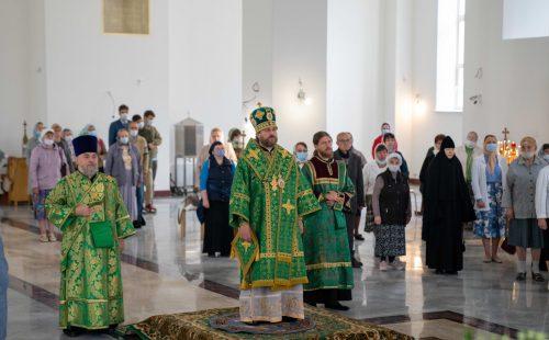 Епископ Фома совершил Божественную литургию в храме преподобного Андрея Рублева в Раменках (+ фото)