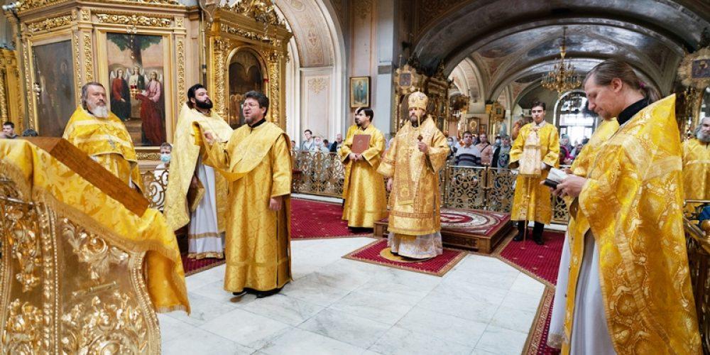 Епископ Фома совершил Божественную литургию в Богоявленском кафедральном соборе в Елохове