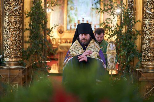 В канун праздника Святой Троицы епископ Фома совершил всенощное бдение