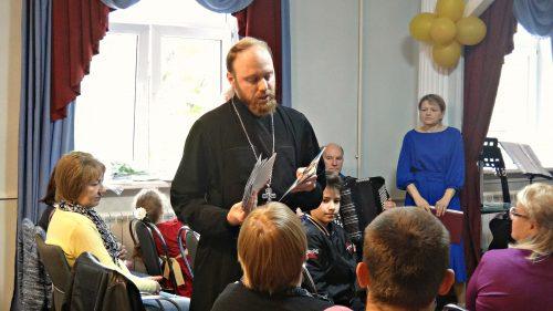 В День пожилого человека представители храма поздравили пенсионеров района Фили-Давыдково