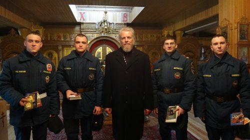 Священник напутствовал военнослужащих МЧС, уходящих в запас