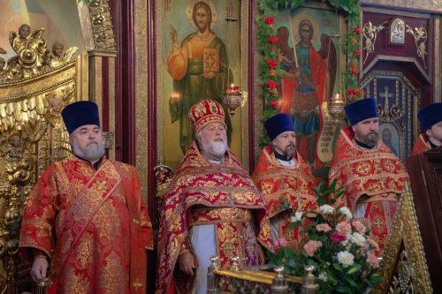 Престольный праздник в храме Архистратига Михаила в Тропарево. Литургию возглавил епископ Павлово-Посадский Фома