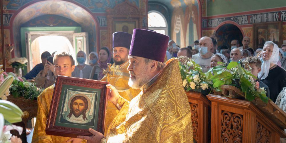 Литургию в престольный праздник в храме Спаса Нерукотворного Образа на Сетуни возглавил епископ Фома