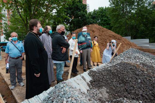 На Нежинской подготовили котлован под строительство храмового комплекса Успения Пресвятой Богородицы