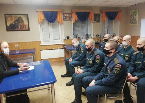 Клирики храма Смоленской иконы Божией Матери провели первую встречу с солдатами-спасателями МЧС нового призыва