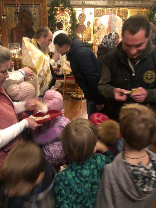 Подарки от малышей. В храме святителя Димитрия в Очакове дети поздравили прихожан с Рождеством Христовым