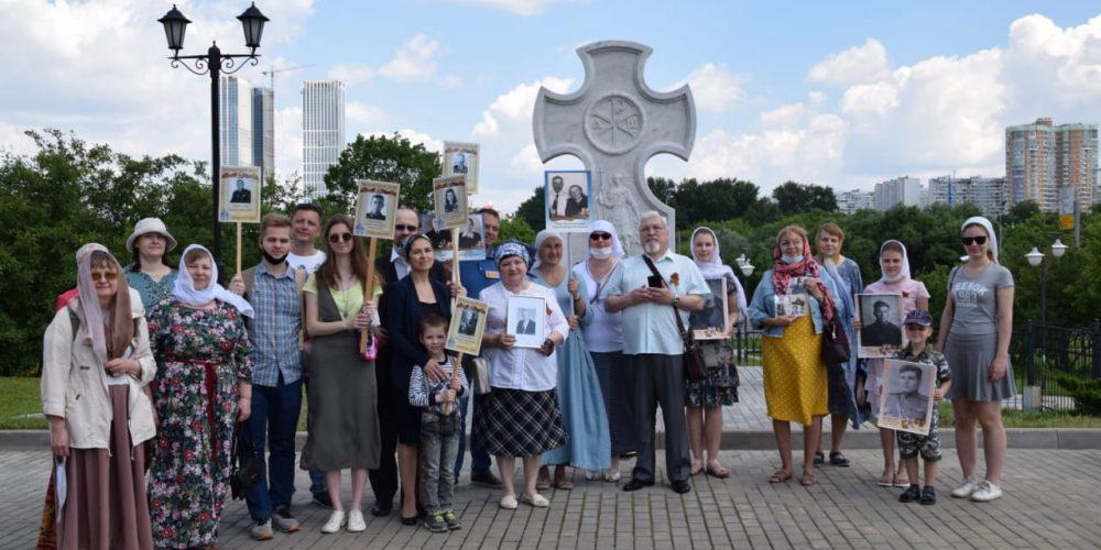 У храма Иверской иконы Божией Матери освятили поклонный крест в честь юбилея Победы