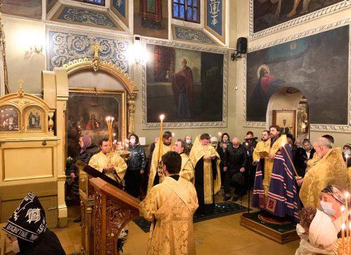 В канун памяти святителя Николая епископ Павлово-Посадский Фома возглавил Всенощное бдение в храме в Хамовниках
