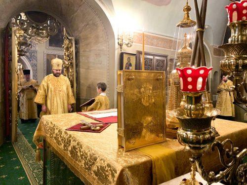 В престольный праздник епископ Павлово-Посадский Фома совершил Литургию в храме свт. Николая в Хамовниках