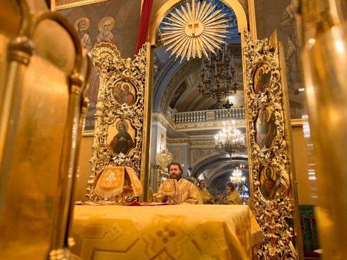 В Неделю 29-ю по Пятидесятнице епископ Павлово-Посадский Фома совершил литургию в Богоявленском соборе