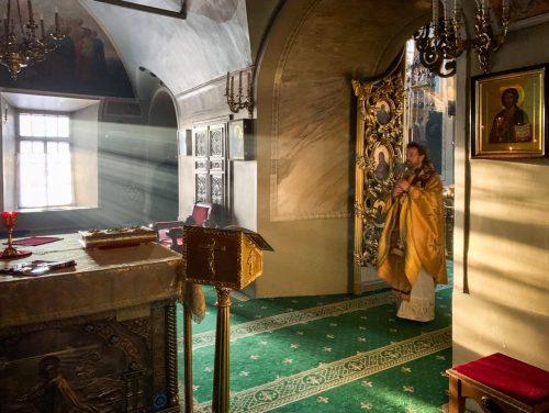 Епископ Павлово-Посадский Фома совершил Божественную литургию в храме святителя Николая в Хамовниках