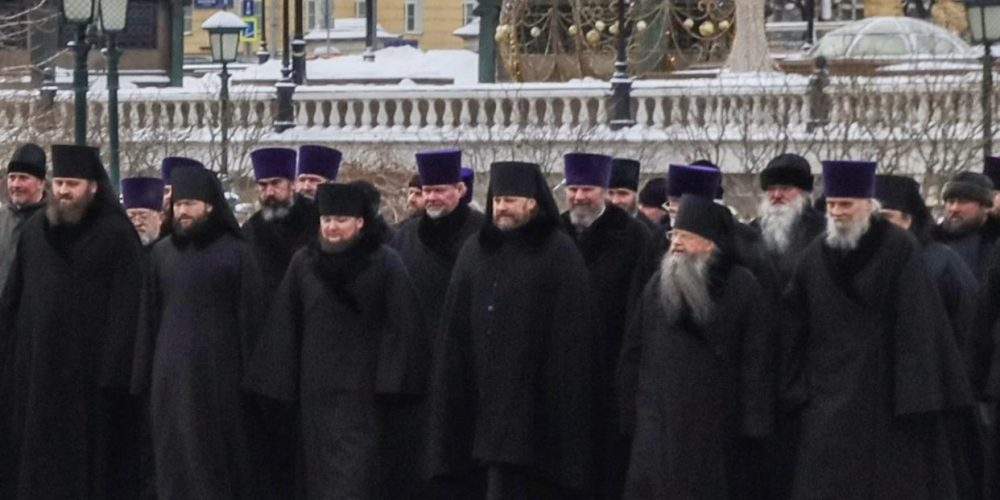 В День защитника Отечества священнослужители возложили венок к могиле Неизвестного солдата у Кремлевской стены