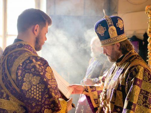 Литургию в Родительскую субботу в Богоявленском соборе совершил епископ Павлово-Посадский Фома