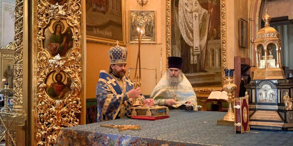 В день Похвалы Пресвятой Богородицы епископ Одинцовский и Красногорский Фома совершил Литургию в Богоявленском соборе