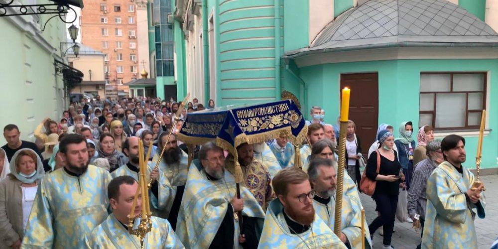 Утреню с чином погребения Пресвятой Богородицы совершил в Богоявленском соборе епископ Фома