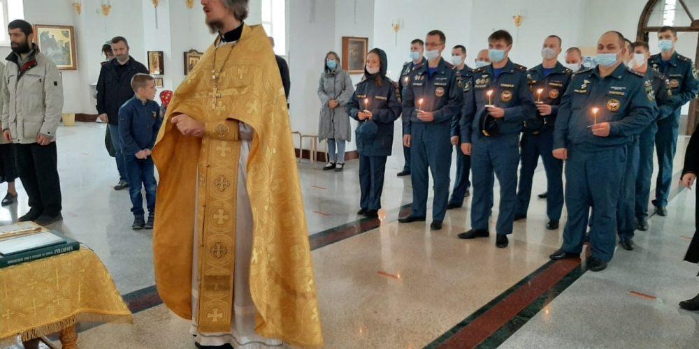В день почитания иконы «Неопалимая Купина» на Литургии в храме прп. Андрея Рублева молились сотрудники пожарной охраны