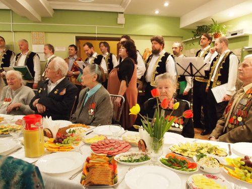 9 мая после Божественной Литургии для ветеранов было организовано чаепитие и небольшой концерт