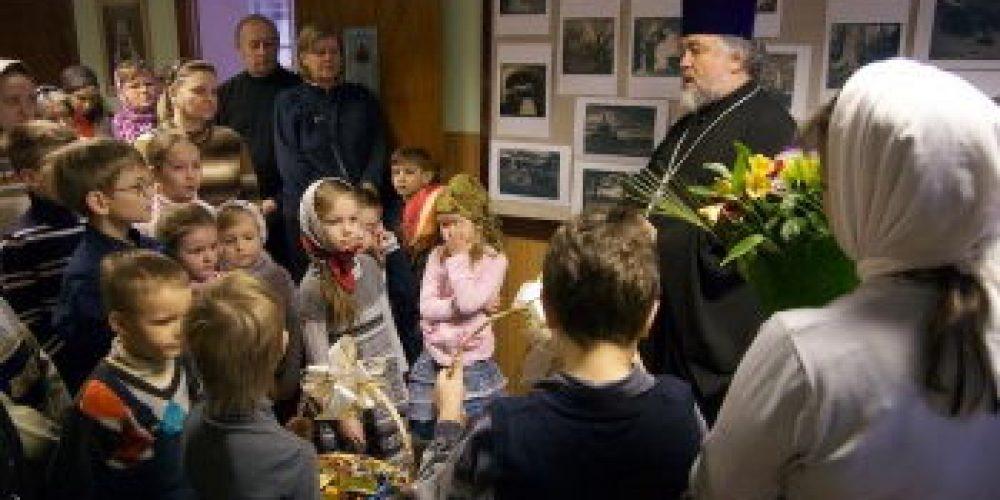 Воспитанники Воскресной школы поздравили отца Георгия с юбилеем