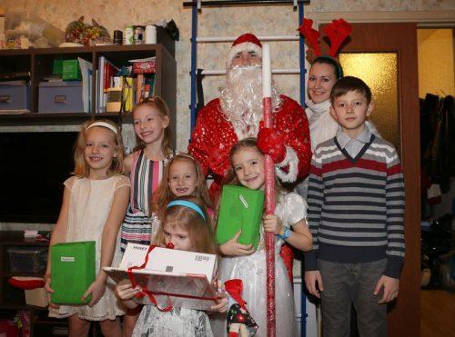 Дед Мороз посетил многодетные семьи прихожан Спаса Нерукотворного Образа на Сетуни